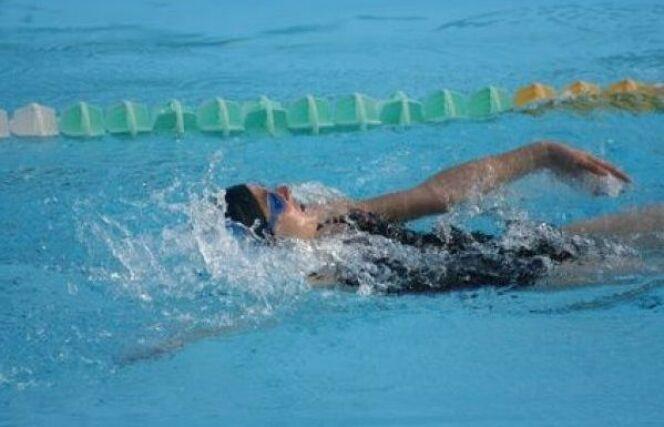 Comment nager le dos crawlé droit ?