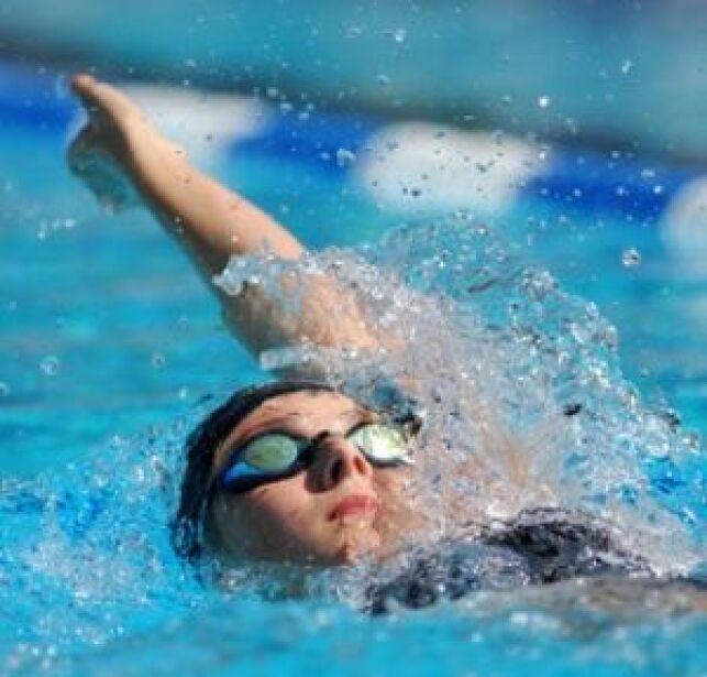 Comment nager plus vite en dos crawlé ?