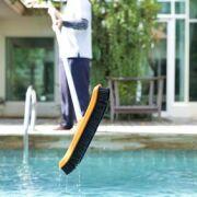 Comment nettoyer les parois d'une piscine ?