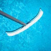 Comment nettoyer la coque d'une piscine ?