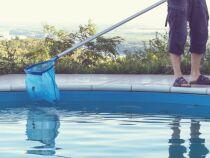Comment supprimer les dépôts et résidus gras dans une piscine ?