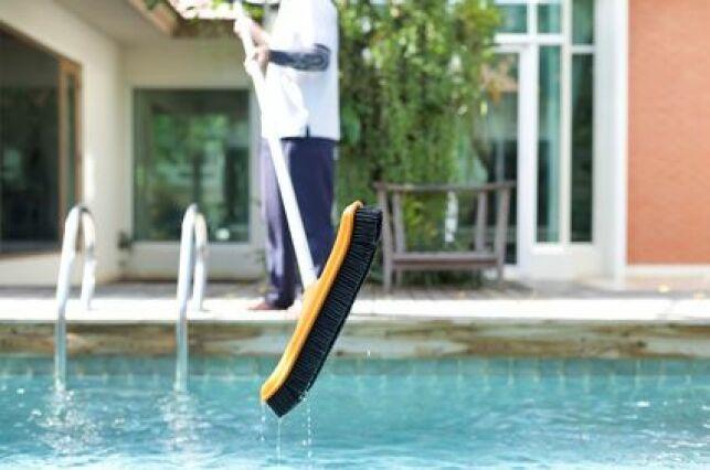Confier l'entretien de sa piscine à un voisin pendant les vacances