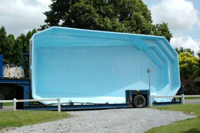 """La livraison d'une piscine coque polyester<span class=""""normal italic petit"""">© Melisback - Fotolia.com</span>"""