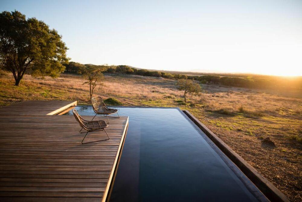 Construire sa piscine avec un architecte© Authentic Images - Pikwizard