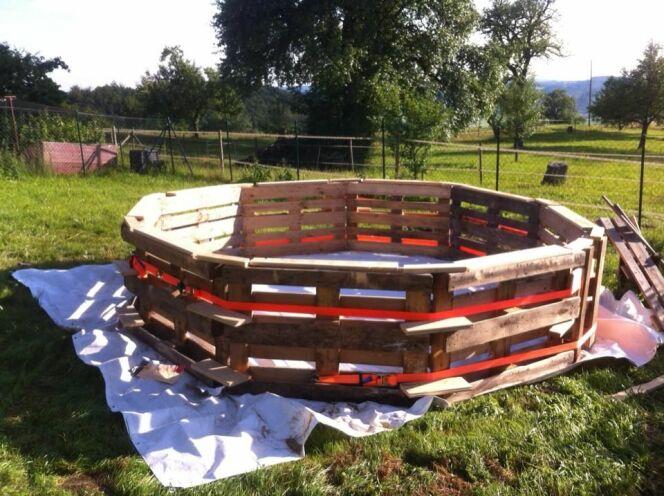 """Construire soi-même sa piscine avec des palettes en bois<span class=""""normal italic petit"""">© Makery</span>"""