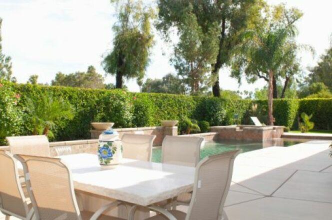 "Construire une terrasse autour de la piscine<span class=""normal italic petit"">© IPGGutenbergUKLtd - Thinkstock</span>"