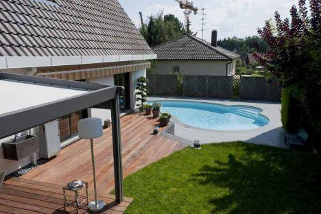 """Contraste entre carrelage gris, mini piscine Céline et  terrasse en bois<span class=""""normal italic petit"""">© Waterair</span>"""