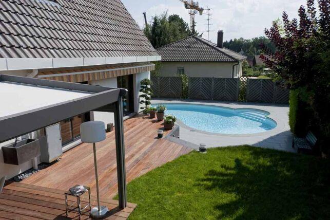 Contraste entre carrelage gris, mini piscine Céline et  terrasse en bois