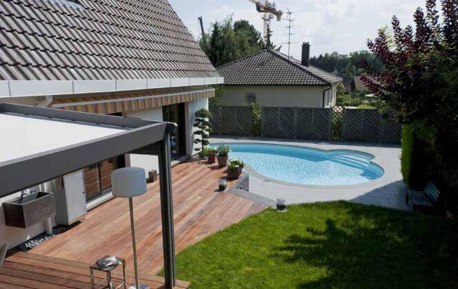 Contraste entre carrelage gris, mini piscine Céline et  terrasse en bois © Waterair