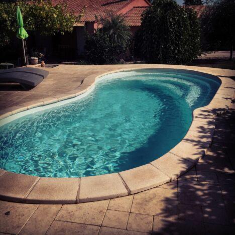 """Petite piscine de 7,40 pour une intégration optimal<span class=""""normal italic petit"""">© Corse Piscine Polyester</span>"""