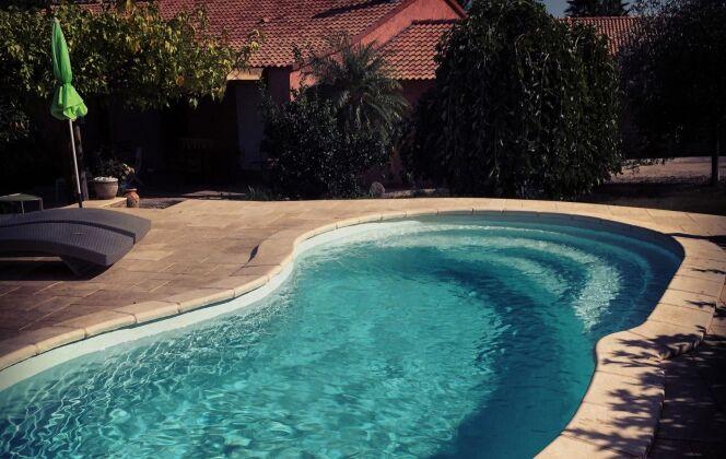 Petite piscine de 7,40 pour une intégration optimal © Corse Piscine Polyester
