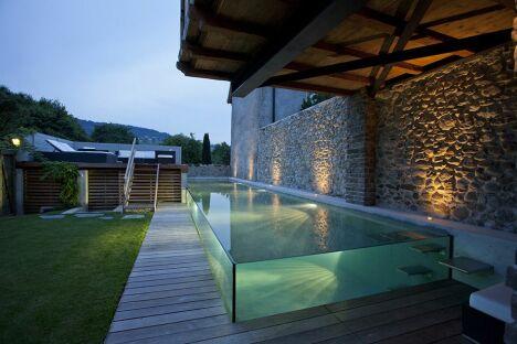 Couloir de nage semi-enterré réalisé en béton armé avec parois de verre