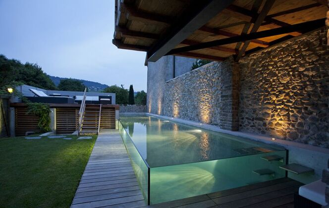 Couloir de nage semi-enterré réalisé en béton armé avec parois de verre  © Carré Bleu Nicolier Paysage et Piscine -François Deladerrière