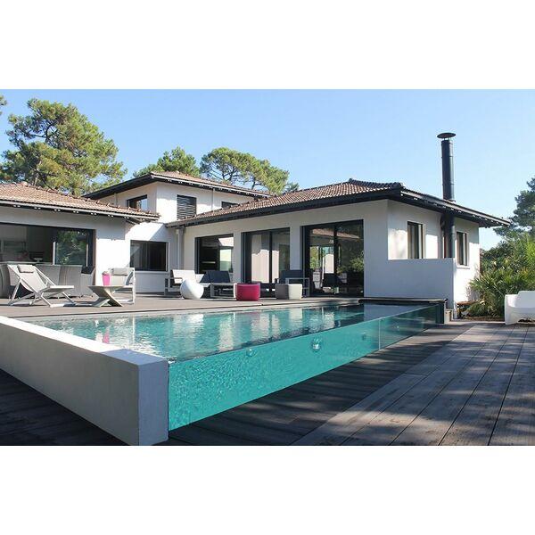 Couloir de nage d bordement en verre de carr bleu for Maison avec piscine a debordement