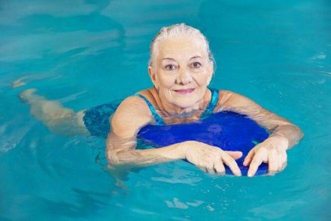 """Cours de natation pour seniors<span class=""""normal italic petit"""">© Fotolia_73264629_XS</span>"""