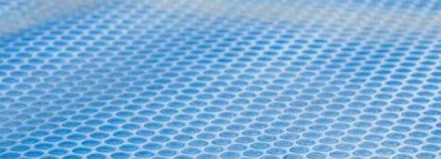 La couverture chauffante de piscine transmet directement la chaleur du soleil à l'eau du bassin.