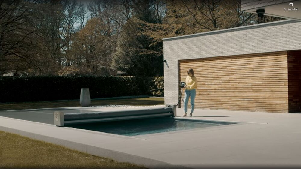 Couverture de piscine Coverseal semi-automatique© Coverseal (via Youtube)