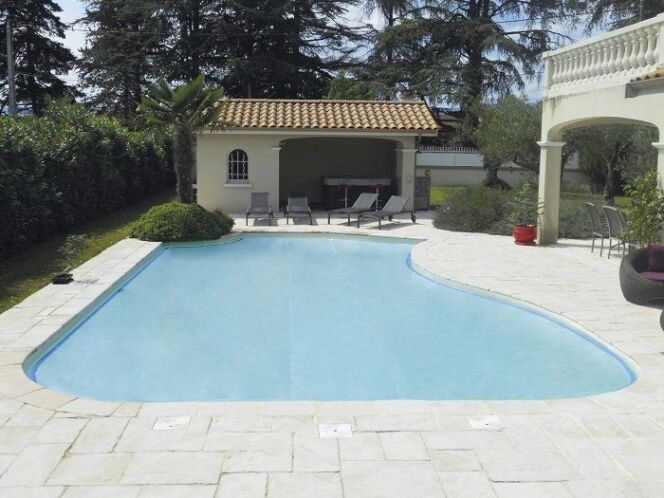 Couverture sur une piscine