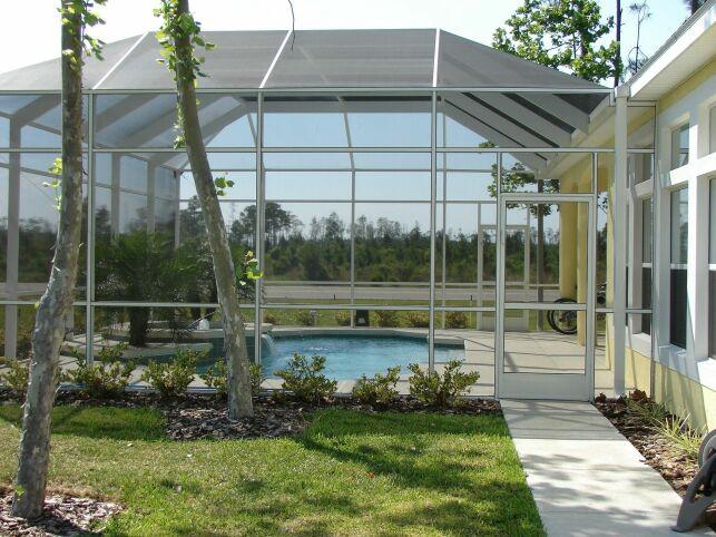 Couvrir une piscine naturelle grâce à un abri haut