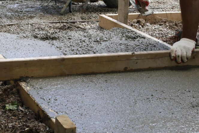 Créer une dalle en béton pour une piscine semi-enterrée