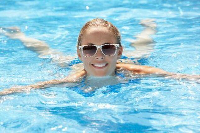Dans la piscine ou au bord de l'eau, pensez toujours à protéger vos yeux du soleil.
