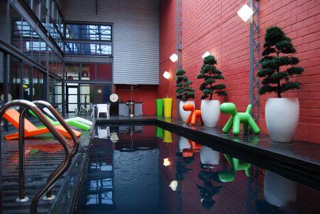 Dans un entrepot modernisé, la piscine design trouve toute sa place associée à un mobilier urbain