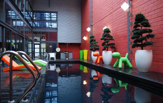 Dans un entrepot modernisé, la piscine design trouve toute sa place associée à un mobilier urbain © L'Esprit Piscine