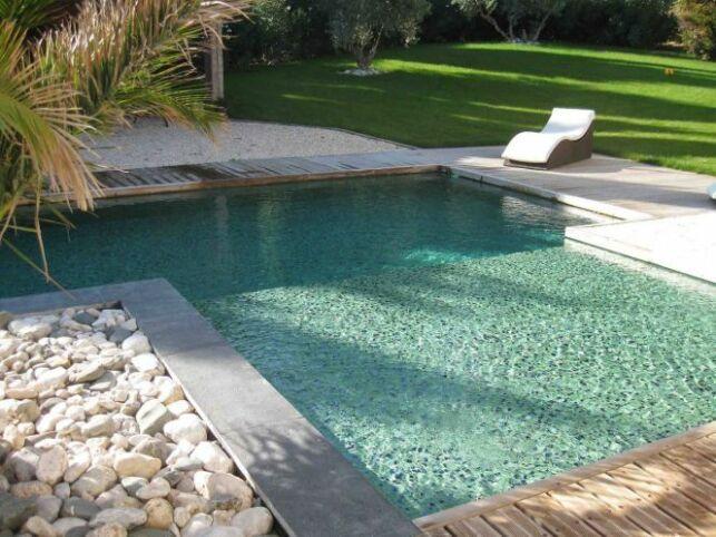 Une piscine avec revêtement entièrement en mosaïque