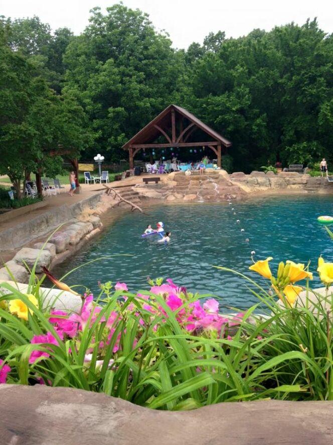 De nombreuses personnes viennent se baigner dans la piscine de Micky Thornton