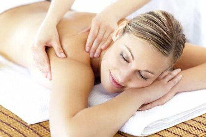 """Découvrez 10 types de massages en thalassothérapie<span class=""""normal italic petit"""">© WavebreakMediaMicro - Fotolia.com</span>"""