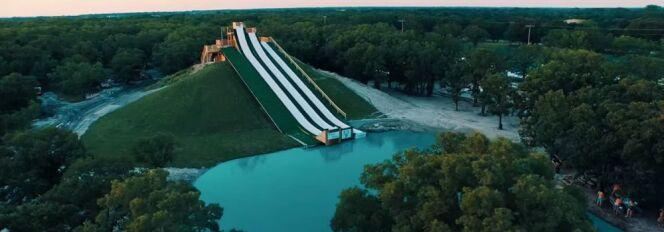 """Découvrez en vidéo le toboggan Royal Flush du BSR Cable Park, à Waco (Texas)<span class=""""normal italic petit"""">© BSR Cable Park</span>"""