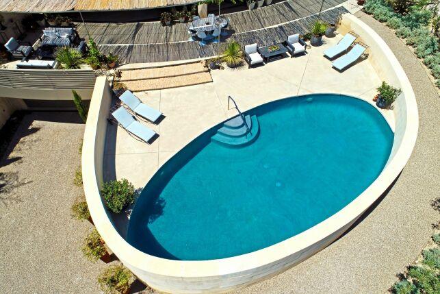 Une piscine en béton projeté fiable et durable.