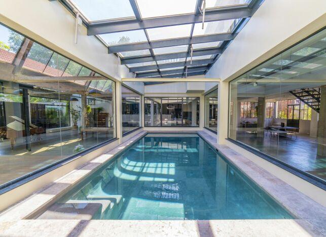 Une piscine intérieure, pour en profiter toute l'année.