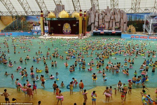 """Découvrez la piscine la plus bondée du monde<span class=""""normal italic petit"""">DR</span>"""