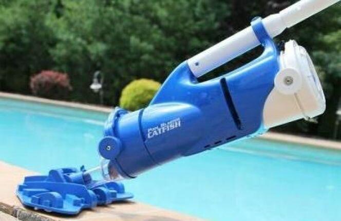 """Découvrez le Pool Blaster Catfish, un nettoyeur de piscine à batterie<span class=""""normal italic petit"""">DR</span>"""