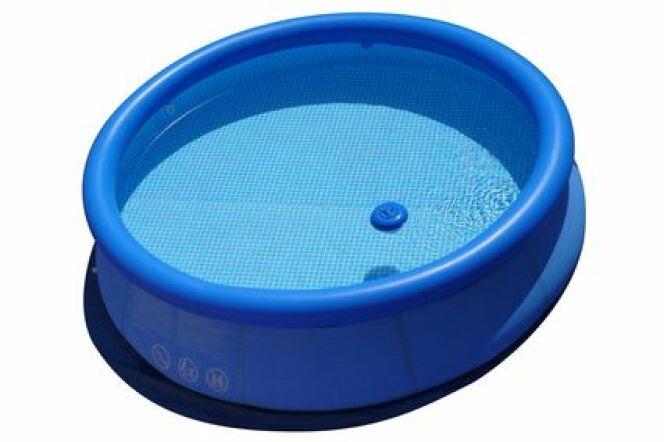 """Démonter et ranger une piscine boudin n'est pas une opération très compliquée.<span class=""""normal italic petit"""">© cpask - Fotolia.com</span>"""