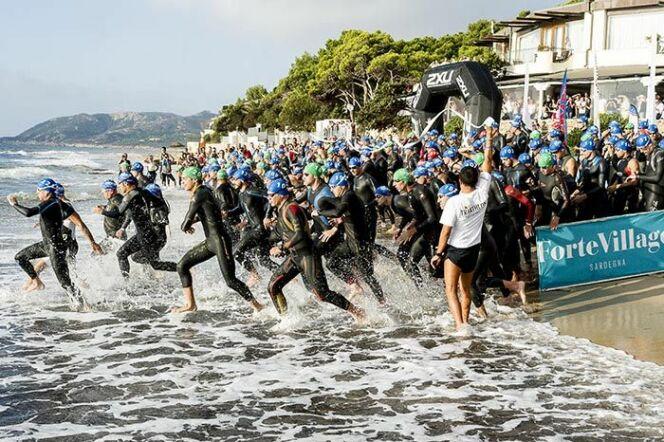 """Départ du triathlon Challenge Forte Village en Sardaigne<span class=""""normal italic petit"""">© Challenge Forte Village</span>"""
