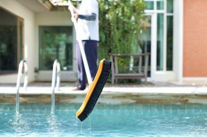 Dépôt de vase au fond de ma piscine : que faire ?
