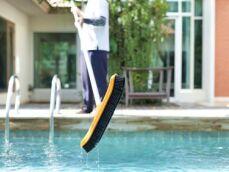 Dépôt vert au fond d'une piscine : que faire ?