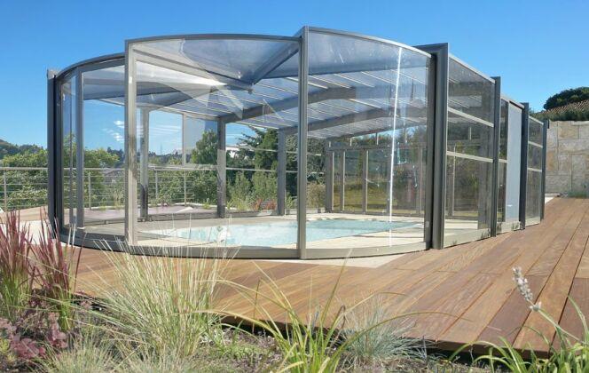 Des abris de piscine hauts tout en rondeur © Abrisud