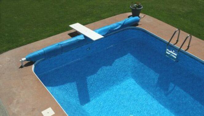 Des accessoires de fixation pour une bâche de piscine