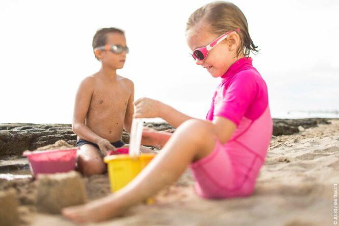 """Des activités pour occuper les enfants à la plage<span class=""""normal italic petit"""">© Bubble_benthouard_julbo_enfant_135</span>"""