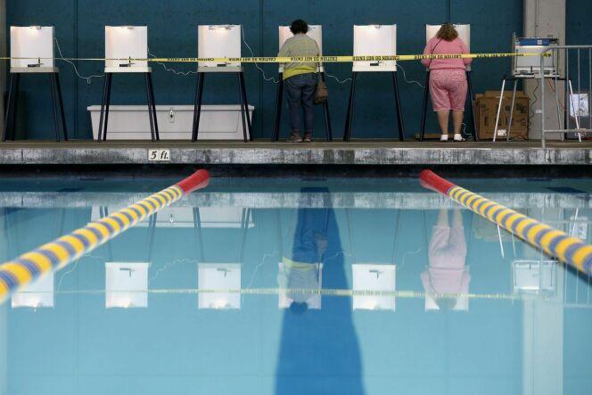 """Des américains ont voté dans une piscine municipale !<span class=""""normal italic petit"""">© REUTERS/Lucy Nicholson</span>"""