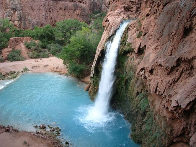Des chutes d'eau célèbres pour leur eau bleu-verte