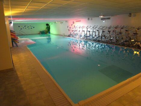 """Des cours d'aquabiking sont proposés au Club Moving à Mours.<span class=""""normal italic petit"""">DR</span>"""