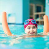 Cours de natation pour jeunes enfants