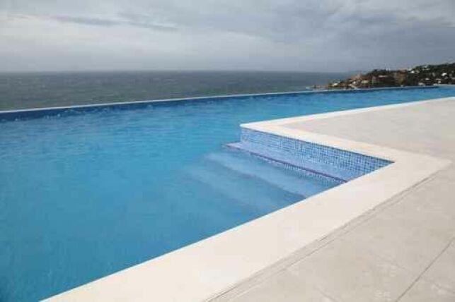 Des dalles en céramique pour piscine