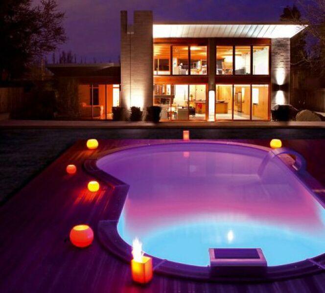 """Des éclairages pour un bassin tout en couleurs <span class=""""normal italic petit"""">© Piscinelle</span>"""