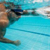 Des exercices pour avoir des abdos en béton dans l'eau