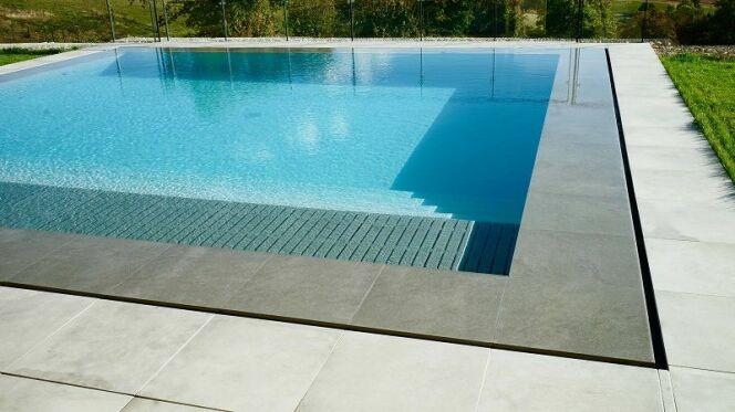 """Des margelles pour une piscine miroir, par Fabemi<span class=""""normal italic petit"""">© Fabemi</span>"""